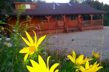 Burr Oak Log Cabin...sleeps 6 *Weekday discounts - Mökki