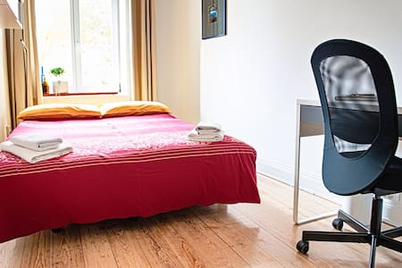 Beautiful and welcoming B&B in historic building just a few meters away from Alster lake and two underground stations in the heart of Hamburg. In a quiet street it can comfortably accommodate two people.
