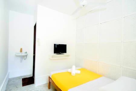 Cheap Garden Fan Room Near Station 1 White Beach - Malay - Overig