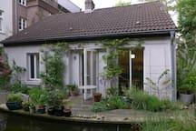 Kleines Haus im blauen Garten