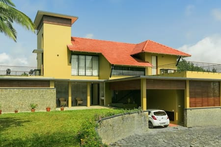a home in the hills, with view of verdant valleys - Meppadi - Bed & Breakfast