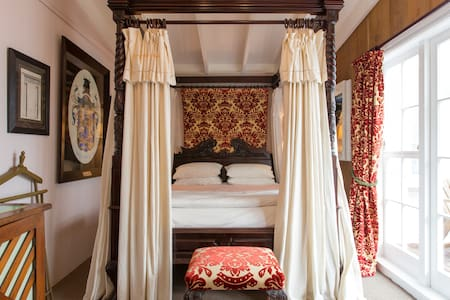 """PUHOI HOUSE """"King Four Poster Room"""" - Bed & Breakfast"""