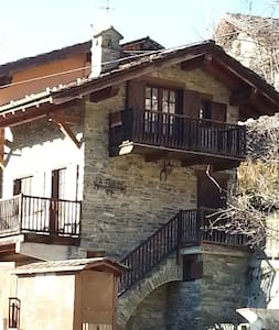 Casetta di montagna, in villaggio - Saint-Vincent - Haus
