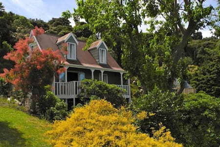 Beautiful holiday cottage in historic Akaroa - House