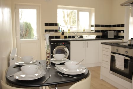Pond House-Cosy Convenient Sleeps 6 - Wolverhampton - House