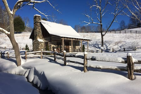 Antique log cabin with beautiful pastoral views - Green Mountain