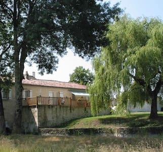 Grand gîte dans un moulin du XV éme siécle - Lagarde-sur-le-Né