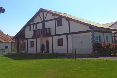 Chalet unifamiliar en urbanización tranquila - Arnuero - House
