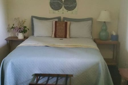 Hadley's B and B: Queen Bed in Spacious Room - 湯森港(Port Townsend) - 獨棟