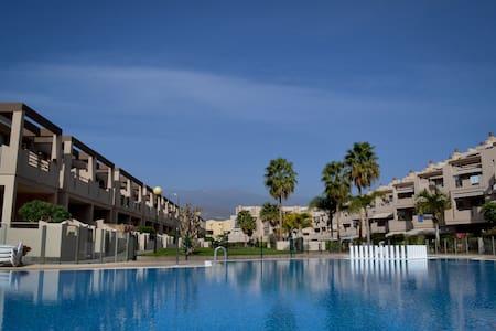Pool side apt 2min walk to beach. - Appartamento
