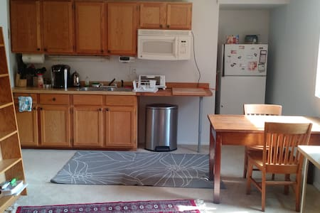 Small apartment close to everything - Champaign - Apartment