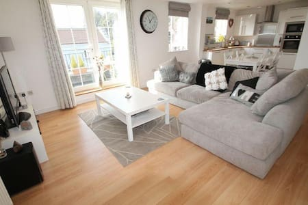 Bright, modern 3 bed apartment close to Marina - Apartment