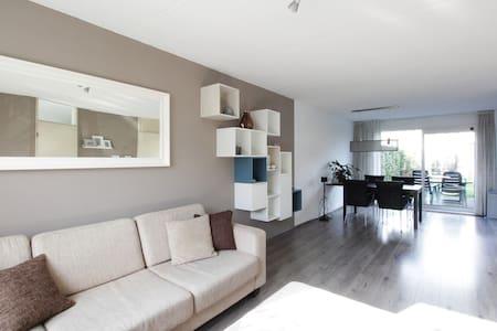 Volledig huis + parking + 2 fietsen - Breda - Ház