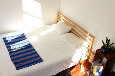 Private Room and bath one block from Central Park - Apartamento