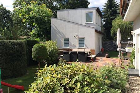 Das grüne Berlin - Wohnen im Häuschen, mit Garten - Berlim - Casa