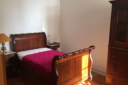 Room at river view apartment - Lisboa