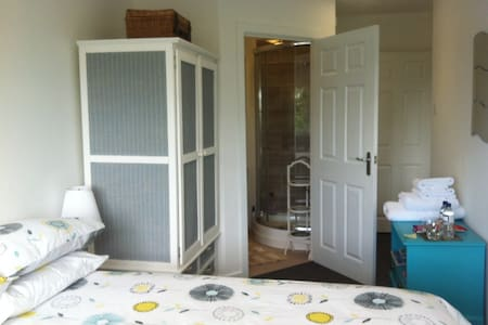 Light & spacious double room ensuite & parking - House