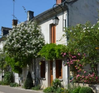 Charming old house in a garden village - Chédigny - House