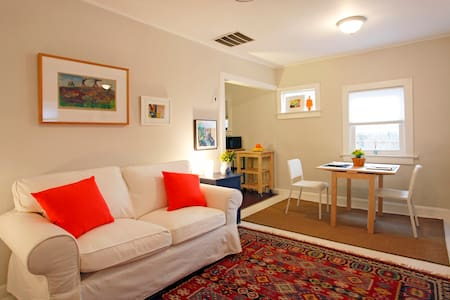 Quiet Apartment Stones Throw from NYC/EWR - Rumah