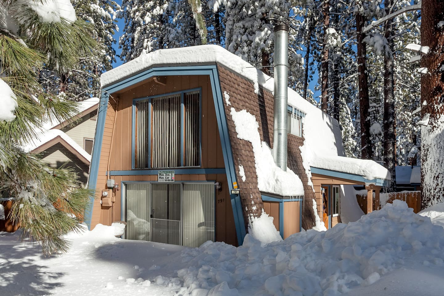 Private 2 bedroom Chalet. Steps to Snow summit. 5 minute drive to Village and Lake.