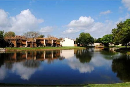 BEAUTIFUL LAKE VIEW TOWNHOME NEAR AIRPORT. - Casa adossada