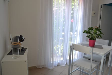 Appartement T1' remis à neuf avec vue sur jardin - Wohnung