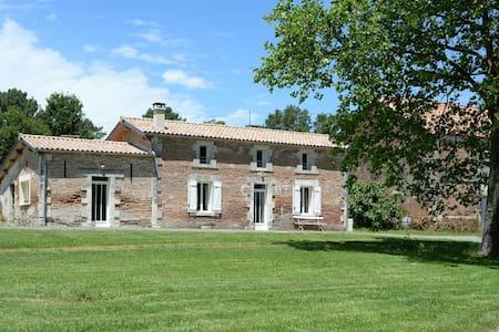 Gîte en Dordogne sur un domaine . - House