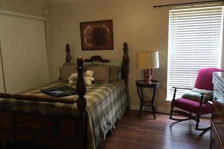 Room in beautiful East Dallas home - Dallas - Casa