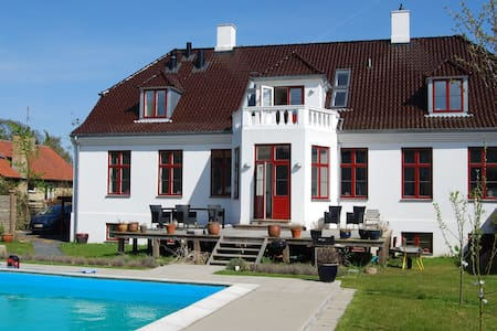 Nice room in a big house with pool - Kongens Lyngby - Villa
