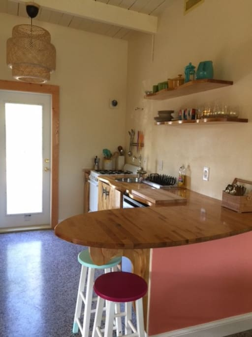 Sunny kitchen, equipped with all you need for cooking, eating. Gas stove, oven, small fridge and freezer, microwave, toaster, nespresso.
