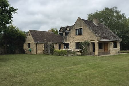 Tranquil Oxfordshire Cottage - Weston-on-the-Green