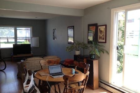 Cozy Bedroom on Weymouth Street, Downtown - Charlottetown - Apartment