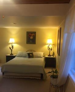 Cozy retreat: nice & very private room near lake - Casa