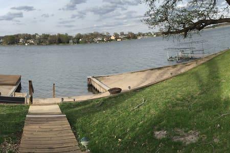 Berkshire Weekend Lakefront Home - Plattsmouth - Cabaña