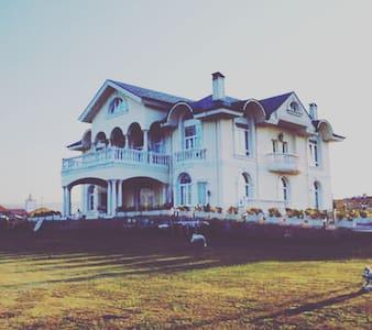 Villa de lujo en un lugar magnífico - Tagle - Casa de camp