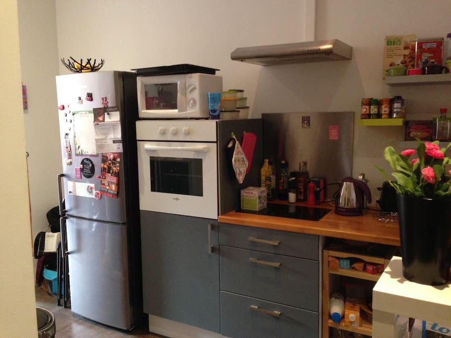 Cuisine équipée avec four, four micro ondes, lave linge, bouilloire électrique, grille pains, plaques vitro céramiques...