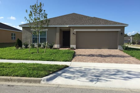 Charming new home. Close to Disney - Hus