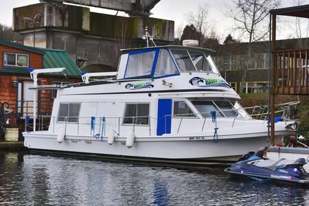 The Hawk's Nest Houseboat - Seattle