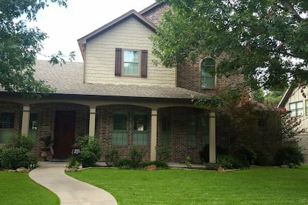 Comfortable 2-Story Home Walking Distance to UTD. - Ház