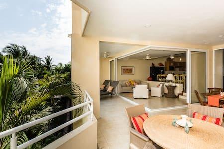 Incredible Ocean Views . Huge corner balcony. Pax4 - Apartment