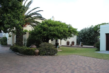 Smuts Ave. Guest Rooms. (The yellow room) - Hermanus - Huis