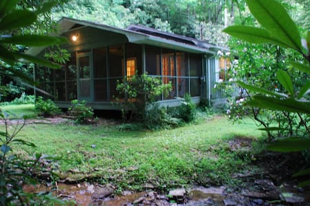 Cabin by a creek. Close to Brevard. - Pisgah Forest - House