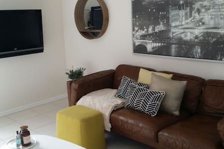 Cosy modern 2 bed terrace home - Fitzgibbon - Rumah