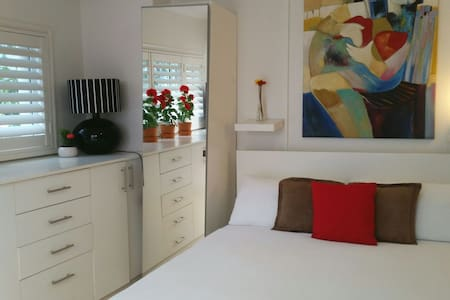 Cute and Neat Studio Potts Point - Apartment