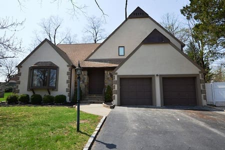 Springfield sleeps 15+ PGA walkable - springfield township