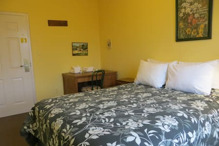 Queen Room at the CB Hostel! - Appartamento
