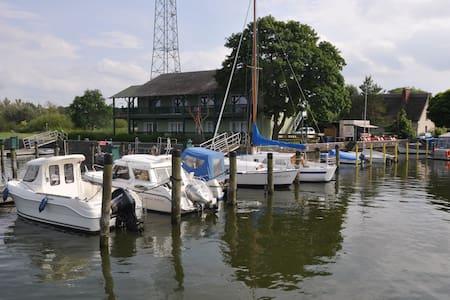 FeWo 57,52 m² direkt am Wasser vis a vis Usedom - Bugewitz