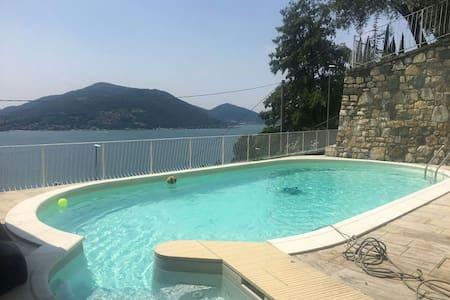 Villa con piscina con bella vista sul lago d'Iseo - Predore