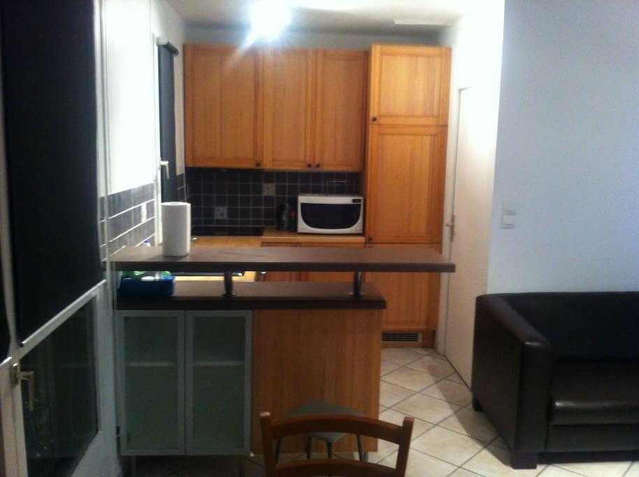 Une cuisine ouverte sur le salon et fonctionnelle