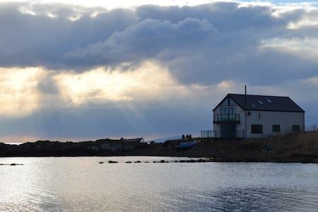 Tigh Bata, house in the sea. - House